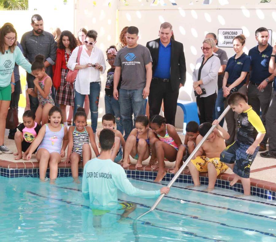 Unos niños y niñas disfrutan de la piscina. (Suministrada) (semisquare-x3)